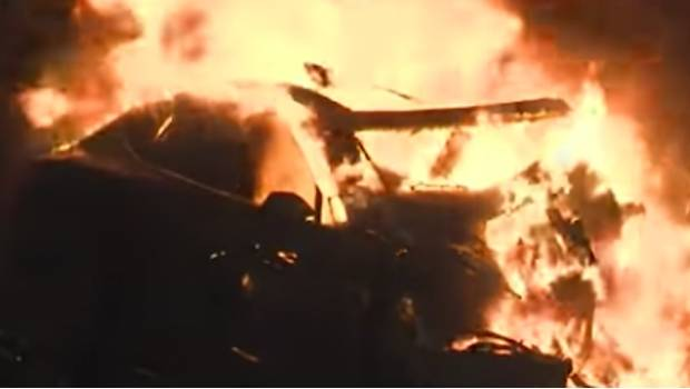 Captura del video que muestra a un Tesla Model S incendiándose.