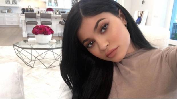 Kylie Jenner comparte un video besando a otra mujer