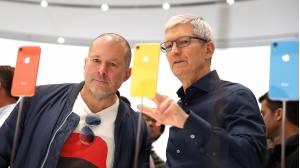 Tim Cook, director ejecutivo de Apple, junto al vicepresidente senior de diseño, Jony Ive.