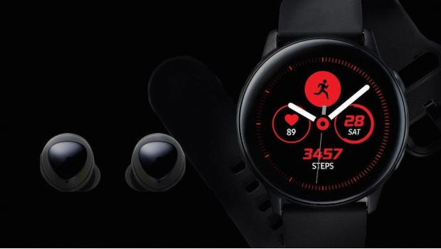 Los audífonos inalámbricos Galaxy Buds y el reloj Galaxy Watch Active.