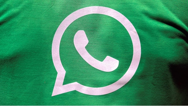 El logotipo de WhatsApp en una playera.